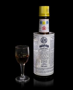 800pxangostura_aromatic_bitters_dd
